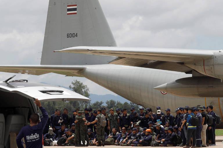 Grupo da Marinha tailandesa antes de embarcar no aeroporto de Chiang Rai, na Tailândia