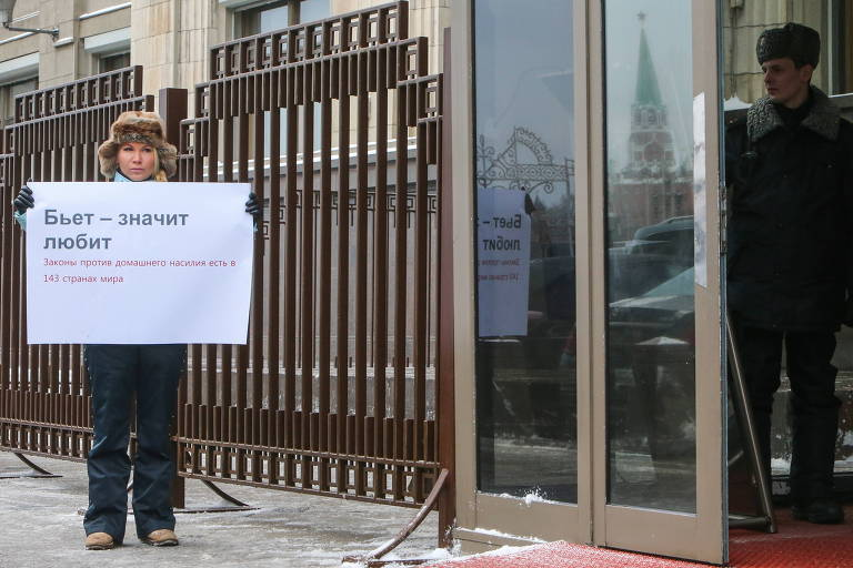 A ativista Alena Popova protesta contra emenda que torna mais brandas as punições contra violência doméstica na Rússia
