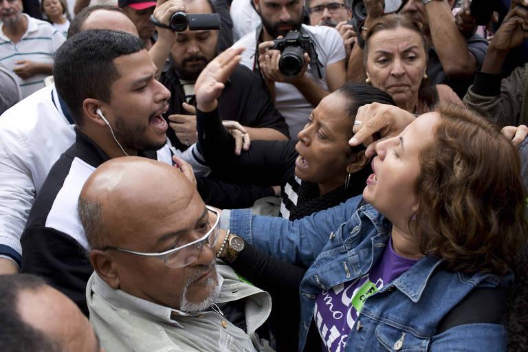 Manifestantes discutem enquanto a Câmara votava o pedido de impeachment do prefeito Marcelo Crivella