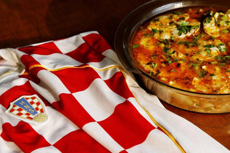 Fotos do prato Brudet — cozido de batatas com peixe —, tradicional na Croácia
