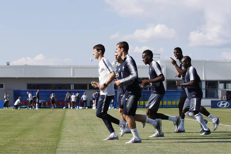 Antoine Griezmann, Blaise Matuidi, Paul Pogba e Ngolo Kante fazem aquecimento durante treino da seleção francesa em Glebovets, Russia