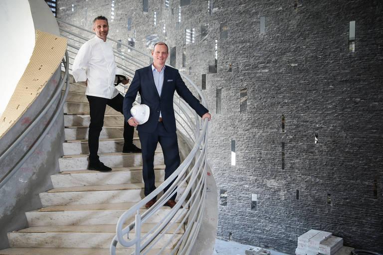 O chef Paolo Lavezzini (esq.) e o gerente-geral Michael Schmid, na escadaria do hotel Four Seasons, no Morumbi