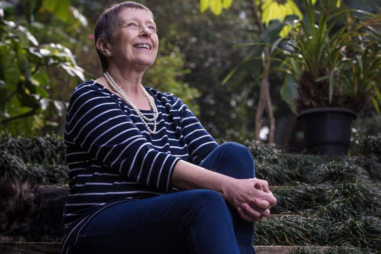 A aposentada Elfriede Galera posa para foto, sentada em um jardim