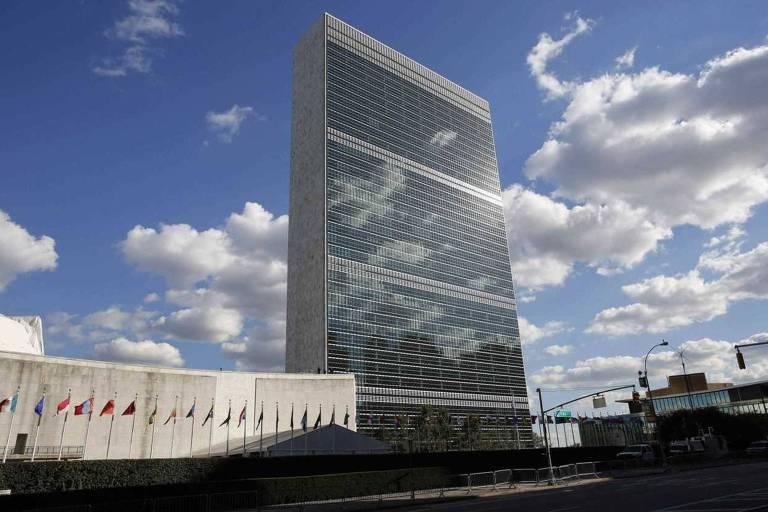 Nuvens refletidas no prédio da sede da ONU, em Nova York