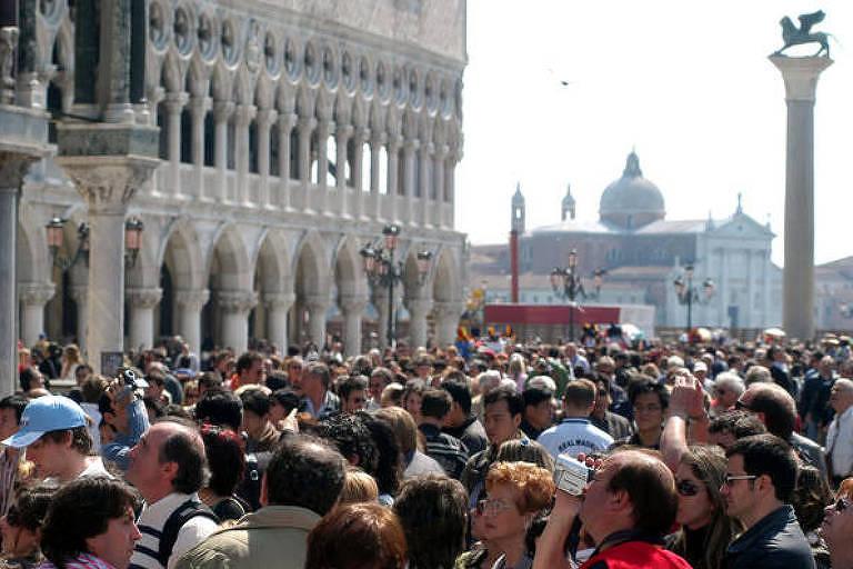 Pessoas em praça
