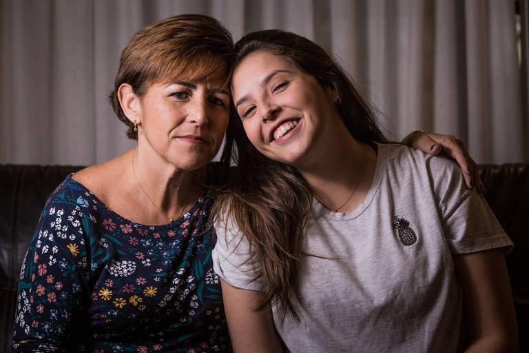 Cátia e a filha, Juliana,  que lambeu a tampa da soda cáustica líquida quando tinha dois anos