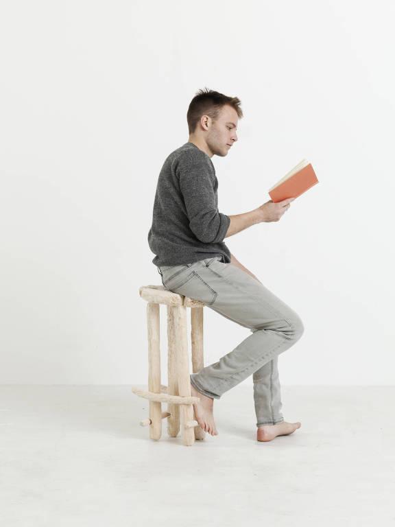 Artista faz móvel usando unhas e dentes