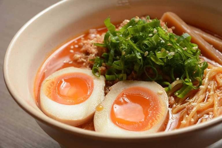 Noodle em caldo apimentado, com ovo, copa-lombo moída e cebolinha do Tan Tan Noodle Bar