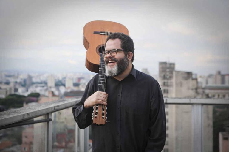 O cantor e compositor Romulo Fróes faz show gratuito no CCSP