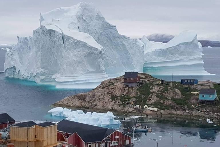 Iceberg próximo ao vilarejo de Innaarsuit, na Groenlândia