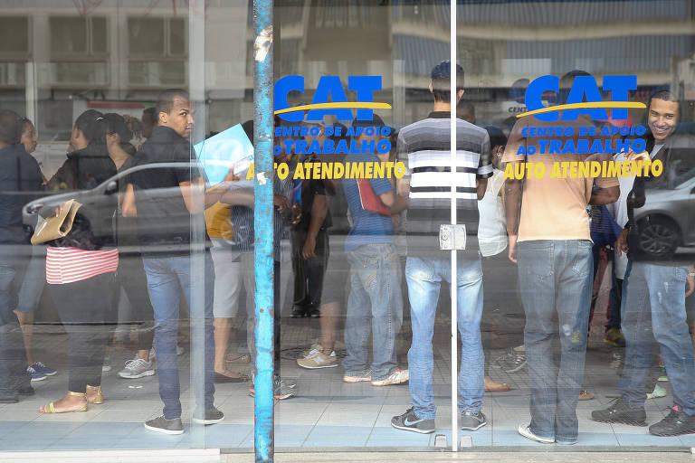 Pessoas em fila no Centro de Apoio ao Trabalhador em São Paulo