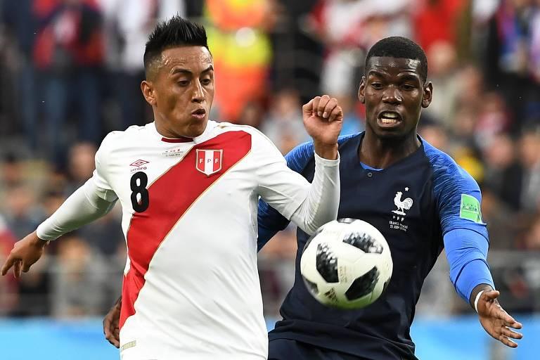 Lance entre Cueva e Pogba durante jogo entre Peru e França na Copa do Mundo