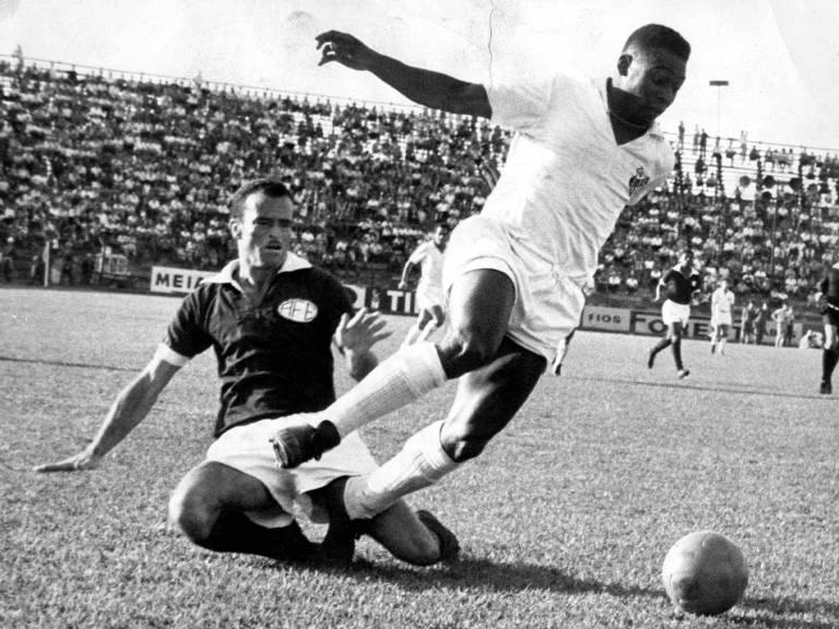 Pelé sofre entrada de adversário da Ferroviária de Araraquara quando jogava pelo Santos, em 1965