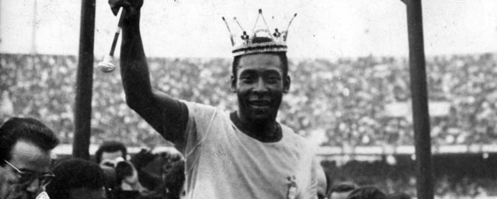 De cetro e coroa, Pelé veste pela última vez em São Paulo, no estádio do Morumbi, a camisa da seleção brasileira durante jogo contra a seleção da Iugoslávia