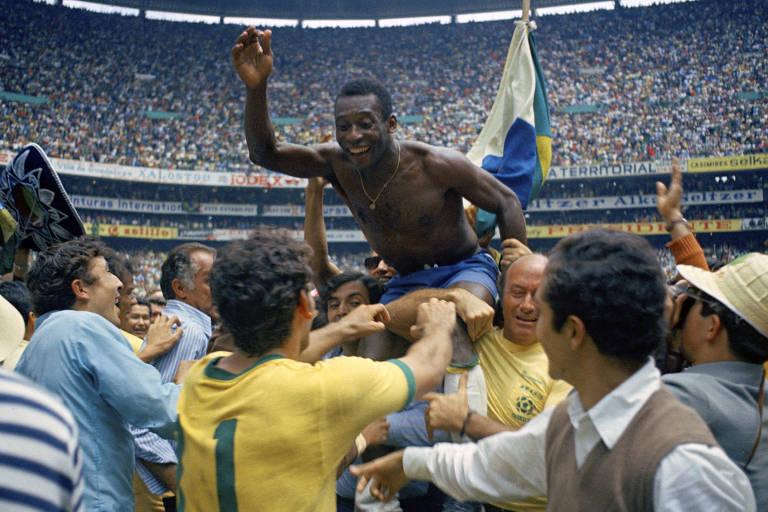 Pelé é carregado por companheiros após o a vitória brasileira sobre a Itália por 4 a 1 na final da Copa de 1970, no Estádio Azteca, na Cidade do México