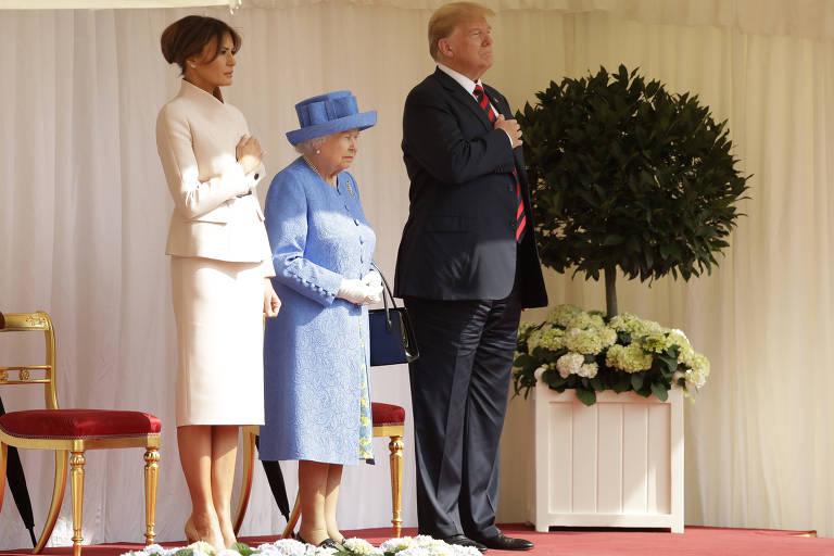 Melania Trump, a rainha Elizabeth 2ª e Donald Trump no pátio do castelo de Windsor