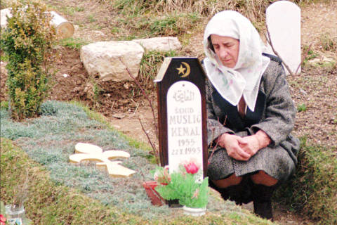 Guerra civil na Bósnia-Herzegóvina: A Muslim woman prays at her son's grave at one of the old town cemeteries in Sarajevo, Friday, 24, 1995. Fighting in Bosnia has spread from a  northwestern pocket into areas surrounding a strategic northern corridor held by rebel Serbs _ placing one more obstacle in the way of peace.  Efforts to restart peace talks were stalled as officials in Serbia  proper made clear they would reject a new international initiative despite wooing from European diplomats and the top U.N. official for former  Yugoslavia, Yasushi Akashi. More then 10,000 people were killed in almost three years of war in the capital of Bosnia-Herzegovina.*** NÃO UTILIZAR SEM ANTES CHECAR CRÉDITO E LEGENDA***