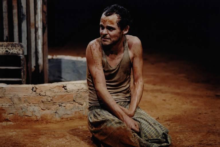 matheus sentado no chão, triste