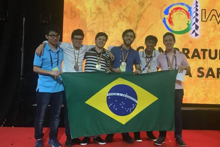 A equipe brasileira: da esquerda para a direita, Lucas Harada, que ganhou menção honrosa; os medalhistas de bronze Pedro Cabral, Bruno Meinhart, Bernardo Trevisan e André Yuji Hisatsuga; e Pedro Lucas Lanaro Sponchiado, laureado com o ouro