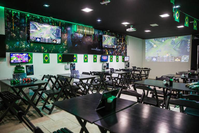 O Good Game E-Sports Bar na Vila Madalena, zona oeste de São Paulo, tem telas para ver os campeonatos de games