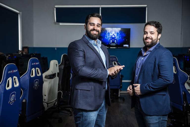 Os irmãos Carlos Junior (esq.) e Cleber Fonseca, sócios do clube CNB, que treina jogadores de eSports