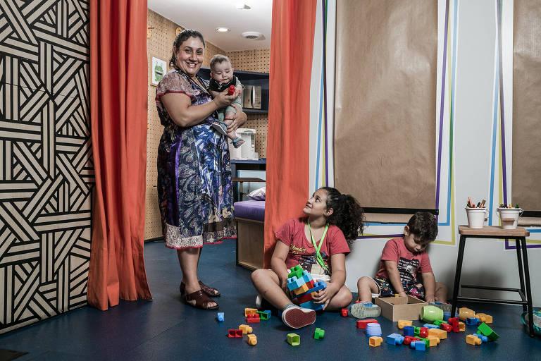 Luciane Uchôa, dona da empresa Minha Mãe Mandou, que participa da B2Mamy, com seus filhos