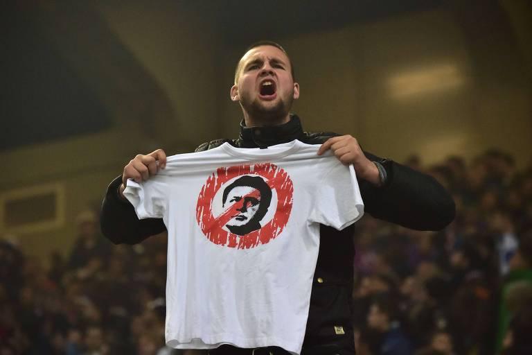 Torcedor mostra uma camiseta com a ilustração de Zdravko Mamic, ex-dirigente do Dínamo Zagreb, em um jogo entre Itália e Croácia, pelas eliminatórias da Copa
