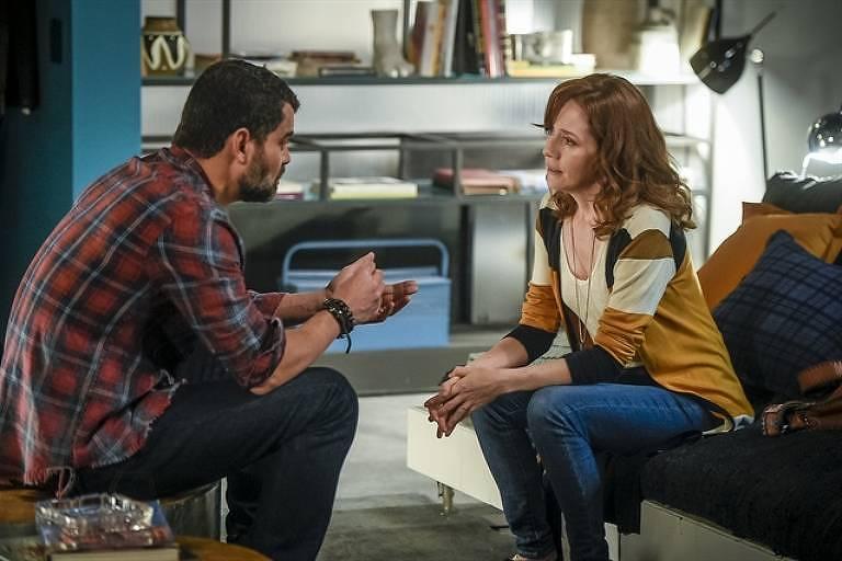 Rafael ( Carmo Dalla Vecchia ) e Gabriela ( Camila Morgado ) conversam sobre os filhos dela