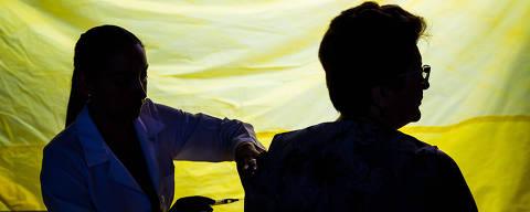 SÃO PAULO, SP, BRASIL 12.01.2018 Cleide Faria, 71, toma vacina contra febre amarela. Vacinação em posto de saúde na região norte de São Paulo (Foto: Danilo Verpa/Folhapress)
