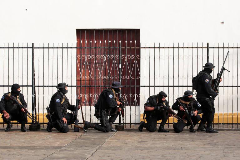 Forças de segurança da Nicarágua cercam igreja durante confronto com manifestantes em Manágua, capital do país