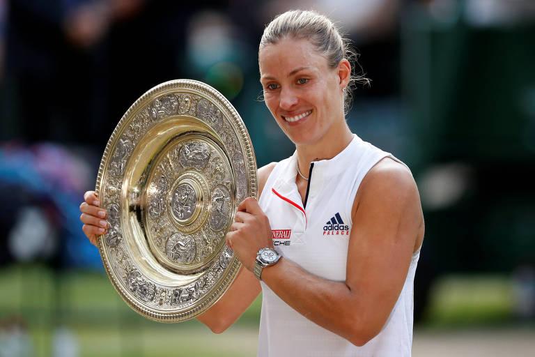 Kerber sorri com o troféu de Wimbledon
