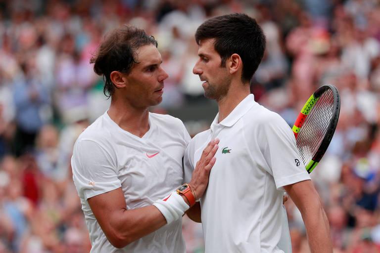 Novak Djokovic, da Sérvia, cumprimenta o espanhol Rafael Nadal após vencer  partida em Wimbledon