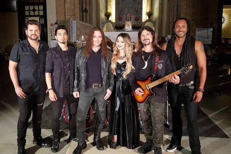 Sandy com os integrantes da banda Angra