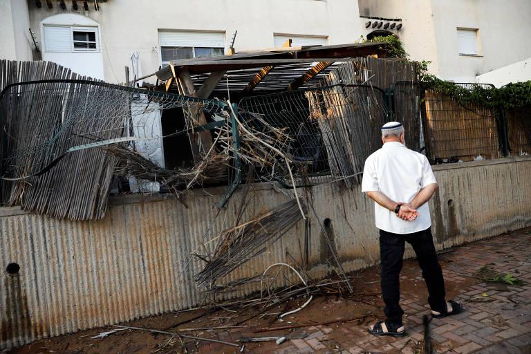 Israelense observa casa atingida por foguete palestino em Sderot, no sul de Israel