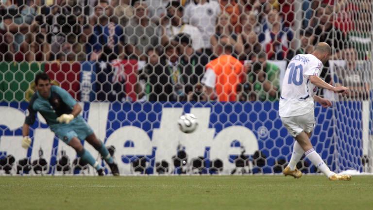 Zidane cobra o pênalti que coloca a França na final da Copa do Mundo de 2006