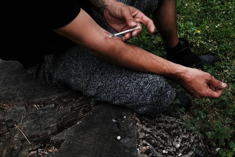 Homem injeta heroína no braço em parque de Nova York