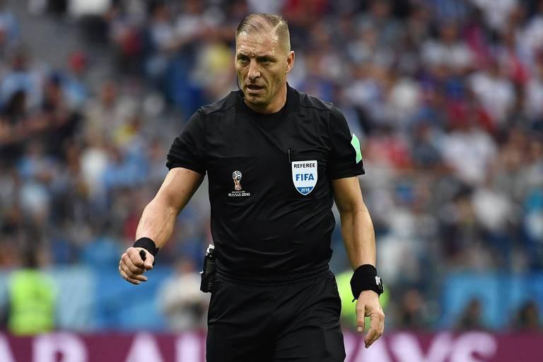 O árbitro argentino Néstor Pitana em ação na partida entre Uruguai e França, pelas quartas de final da Copa de 2018, em Nijni Novogorod