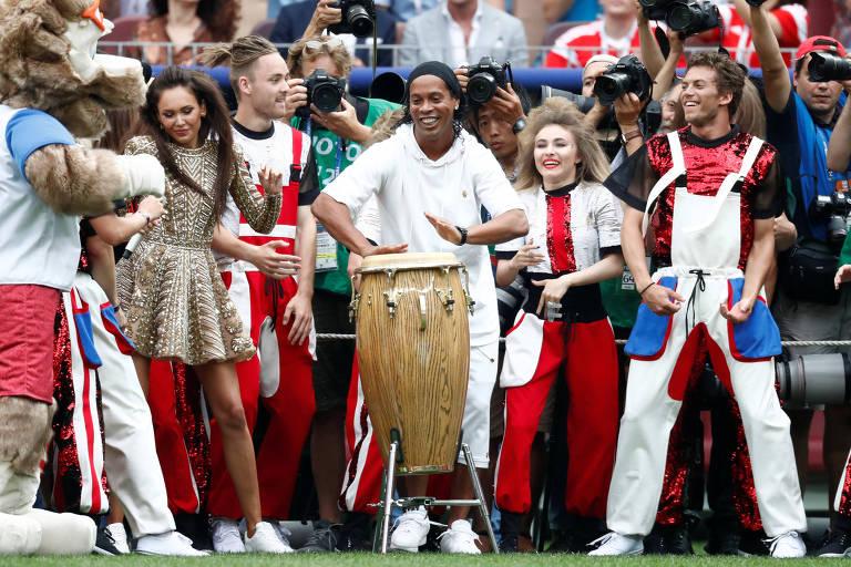 Ronaldinho Gaúcho toca tambor no encerramento da Copa