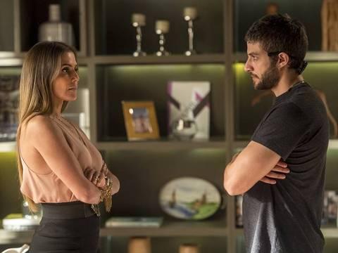 Ícaro procura Karola para saber verdade sobre Luzia