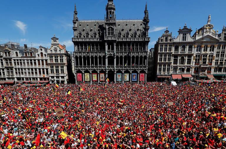 Milhares de torcedores da seleção belga esperam a equipe em frente à prefeitura em Bruxelas, depois de o time conquistar o terceiro lugar na Copa do Mundo 2018