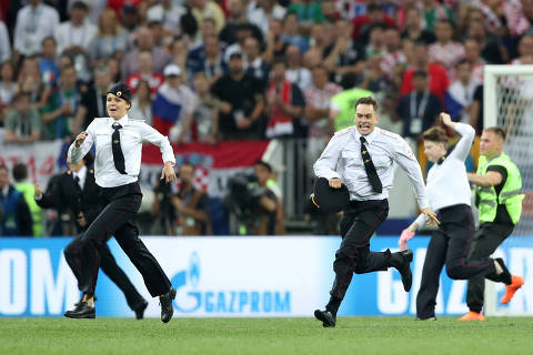 Soccer Football - World Cup - Final - France v Croatia - Luzhniki Stadium, Moscow, Russia - July 15, 2018  Stewards chase pitch invaders        REUTERS/Carl Recine ORG XMIT: AI