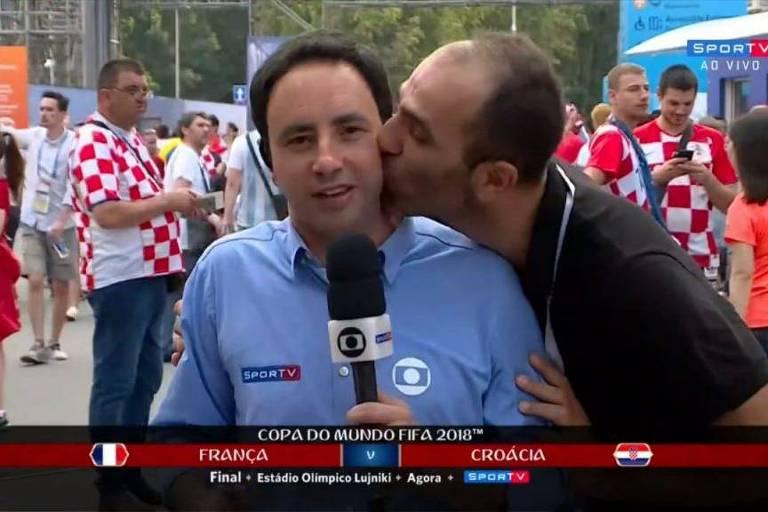 Repórter Pedro Bassan é beijado por torcedor durante transmissão ao vivo