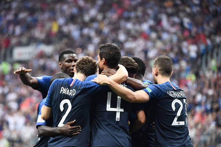 Franceses comemoram um dos gols que deram o título de campeã à França