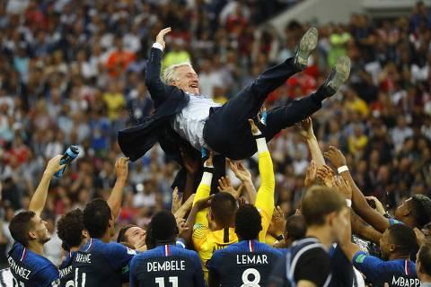 Campeão como jogador e técnico, Deschamps iguala Zagallo e Beckenbauer