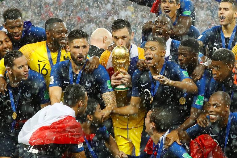 Lloris levanta a taça de campeão mundial, o quarto goleiro a atingir esse feito em Copas do Mundo