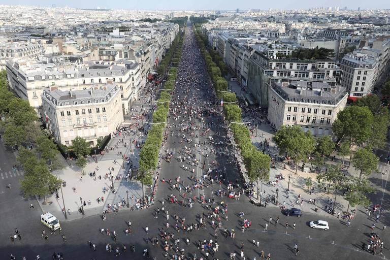 Torcedores em Paris durante a final da Copa