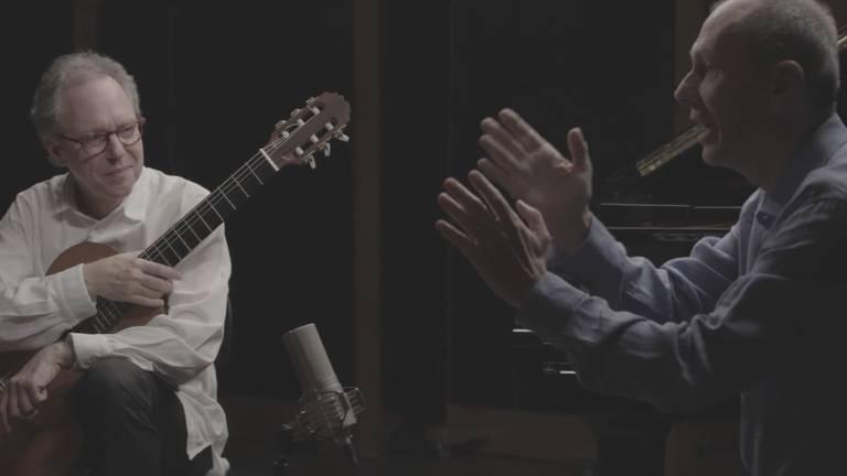 nestrovski com violão e wisnik gesticulando