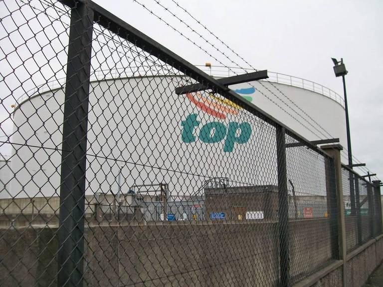 Grande tanque de combustíveis em Dublin da empresa Top Oil, uma das líderes de mercado na Irlanda