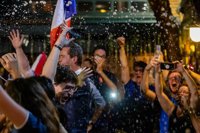 Torcida da França comemora em bar de SP