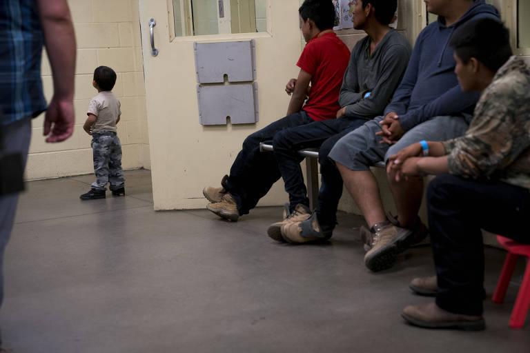 Menores em sala de processamento em unidade da fronteira em Tucson (Arizona)